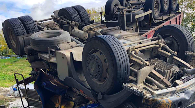 В Самарской области на М-5 перевернулся тяжеловоз, водитель погиб