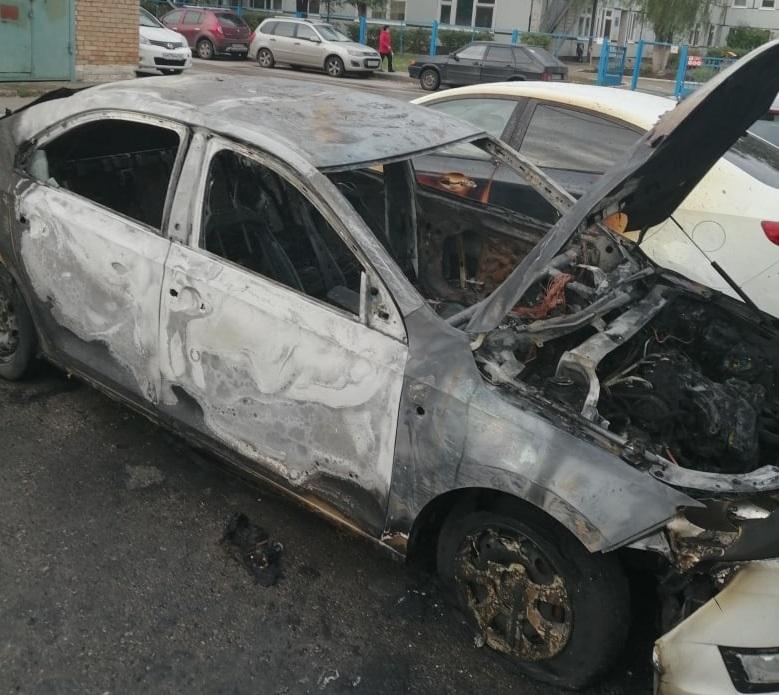 В Тольятти во дворе дома сгорел автомобиль