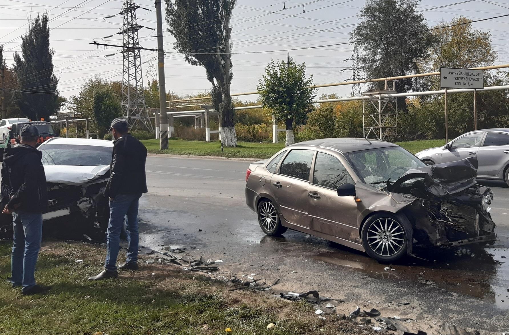 В Тольятти на видео попало лобовое столкновении машин с пострадавшими