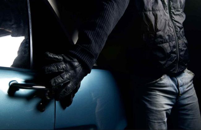 В Тольятти вор вскрыл машину ножницами