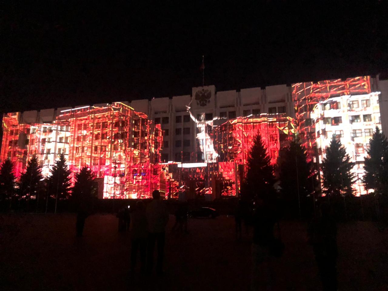 На фасаде здания самарского правительства показали фильм в честь юбилея Победы