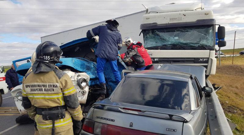 На трассе М-5 в Самарской области столкнулись грузовики. Погиб человек