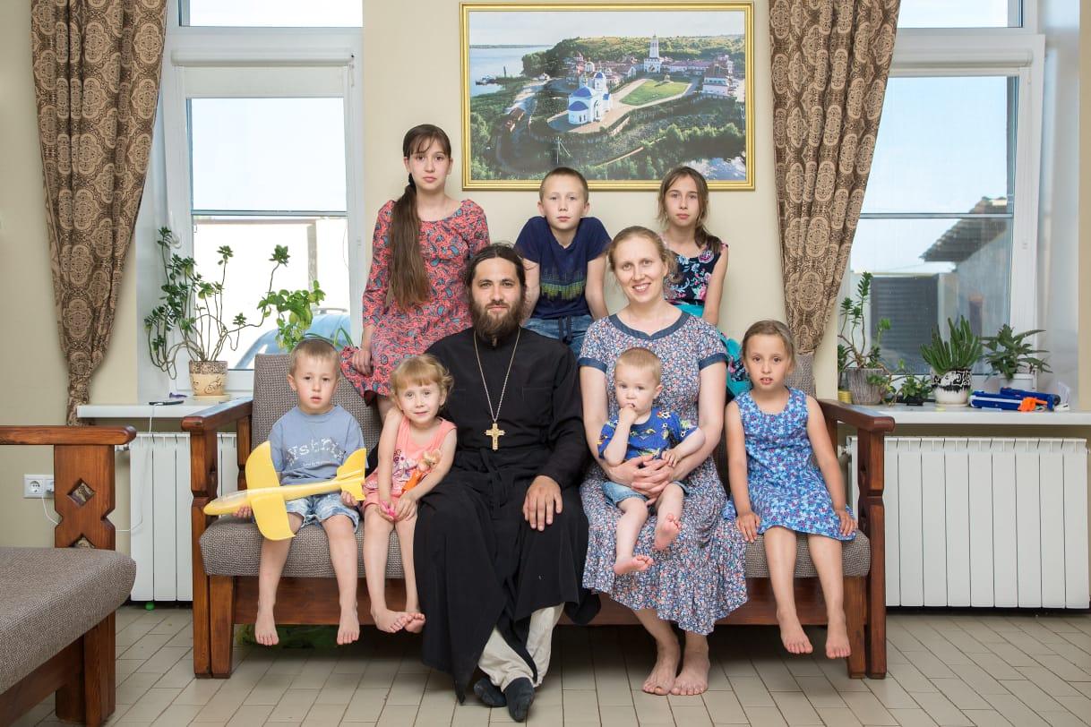 Пример сплоченности и доброты: под Тольятти семья священнослужителя воспитывает семерых детей