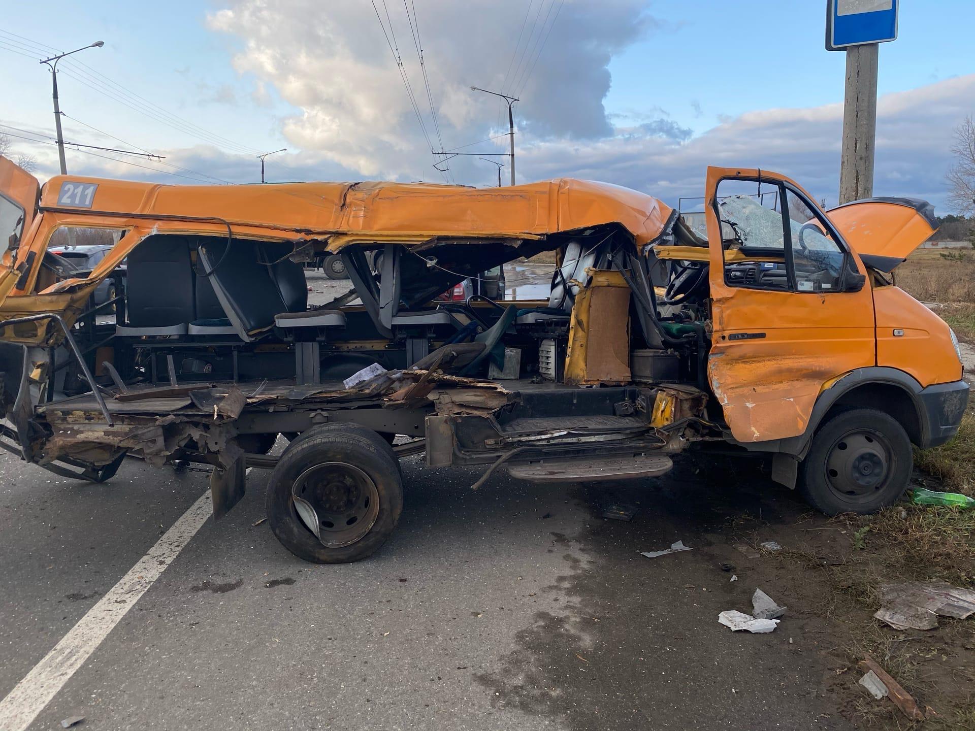 Пострадали пятеро: на шоссе в Тольятти грузовик разнес маршрутку