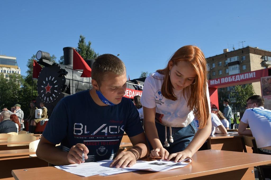 Азаров поблагодарил жителей региона за активное участие в «Диктанте Победы»