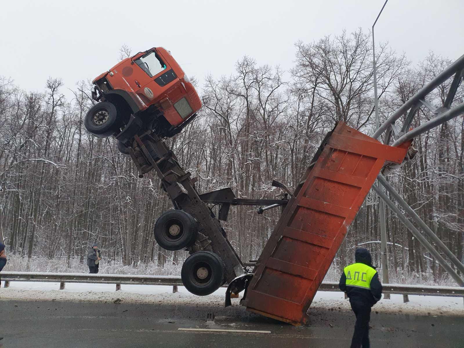 Стали известны подробности ДТП с грузовиком, который встал на дыбы в Самаре