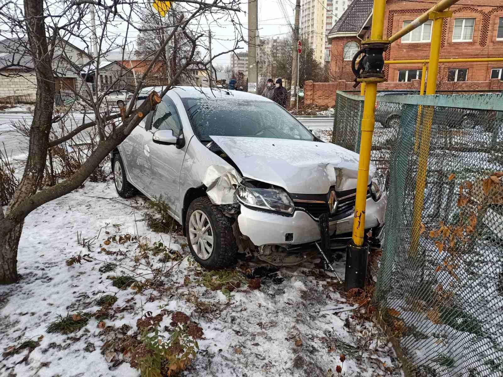 На опасном перекрестке в Тольятти столкнулись «Веста» и Renault
