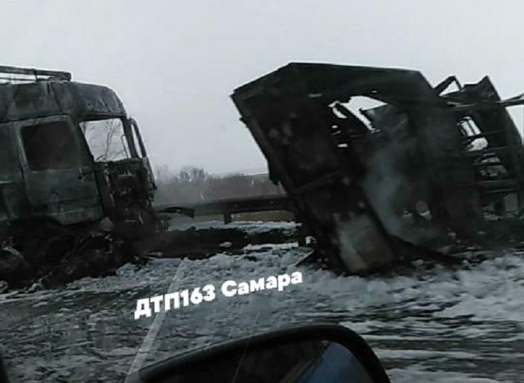 В Самарской области столкнулись и загорелись грузовики. Погибли люди