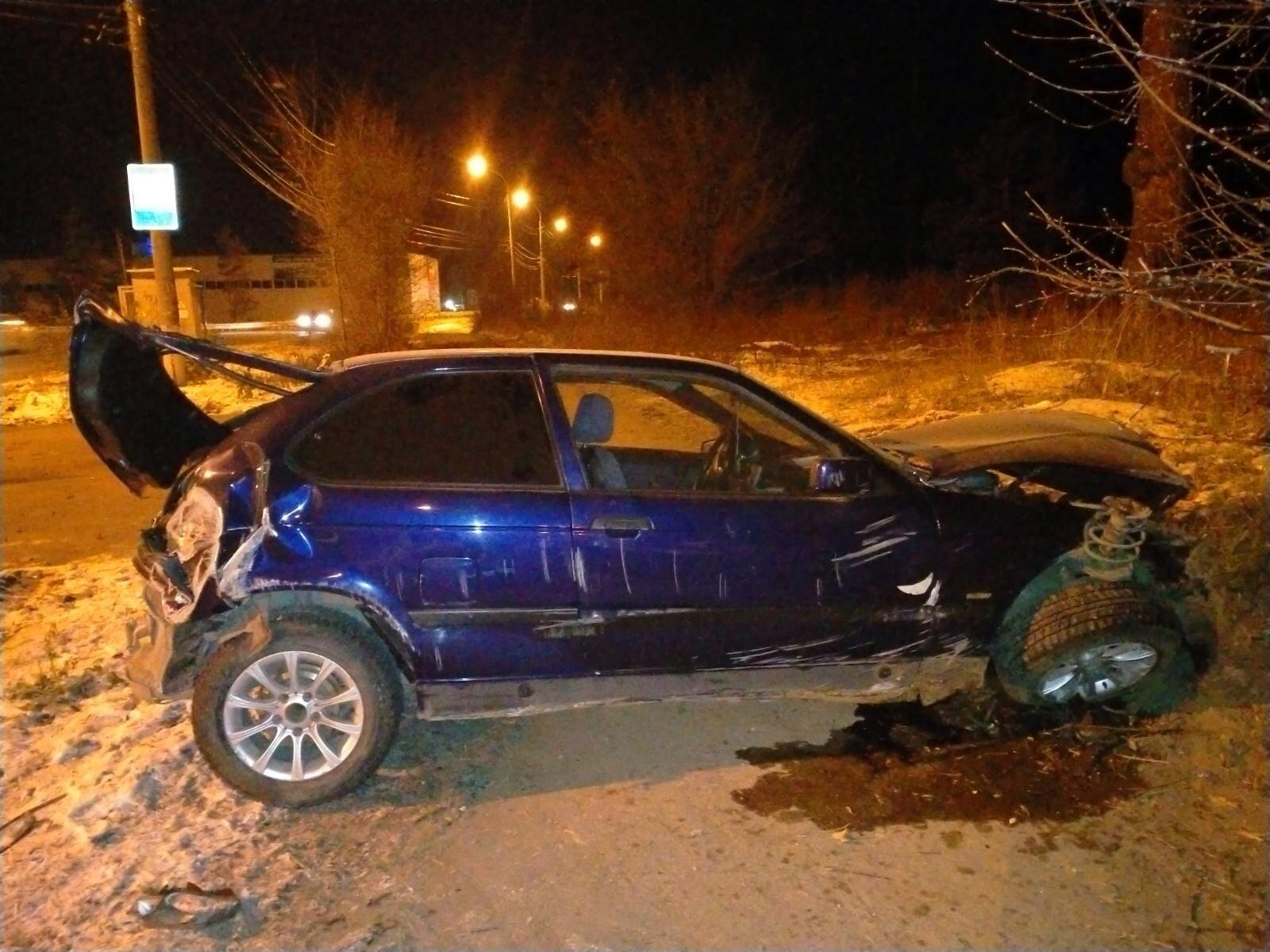 В Тольятти BMW с двумя людьми в салоне врезался в земляной вал