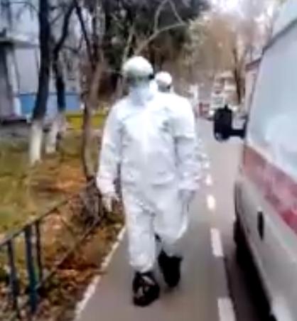 Эвакуация больного COVID-19 в Тольятти попала на видео