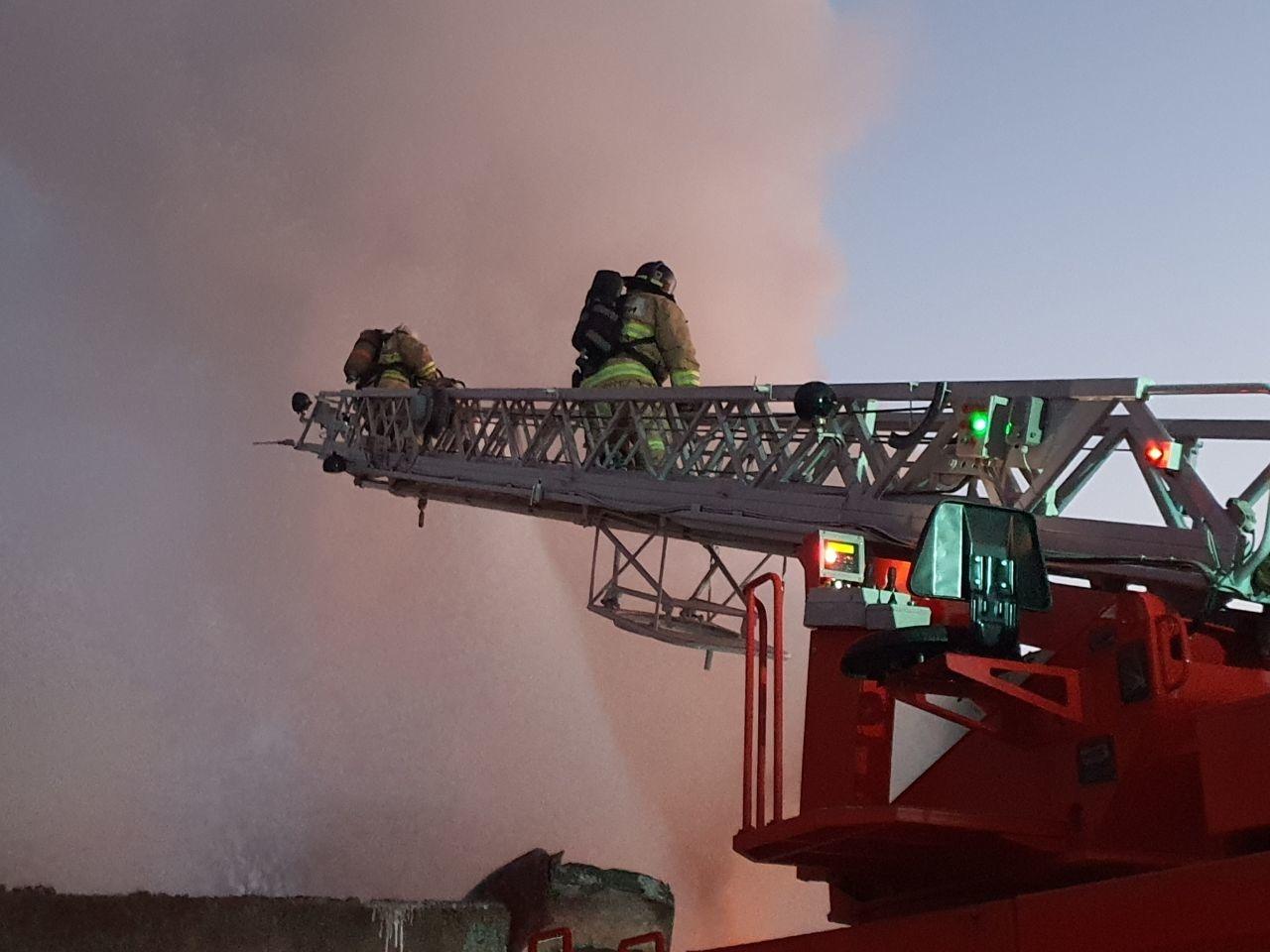 В селе под Тольятти тушили серьезный пожар на производстве