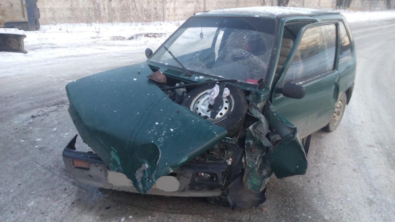 В Тольятти «Ока» врезалась в грузовик. Пострадали люди
