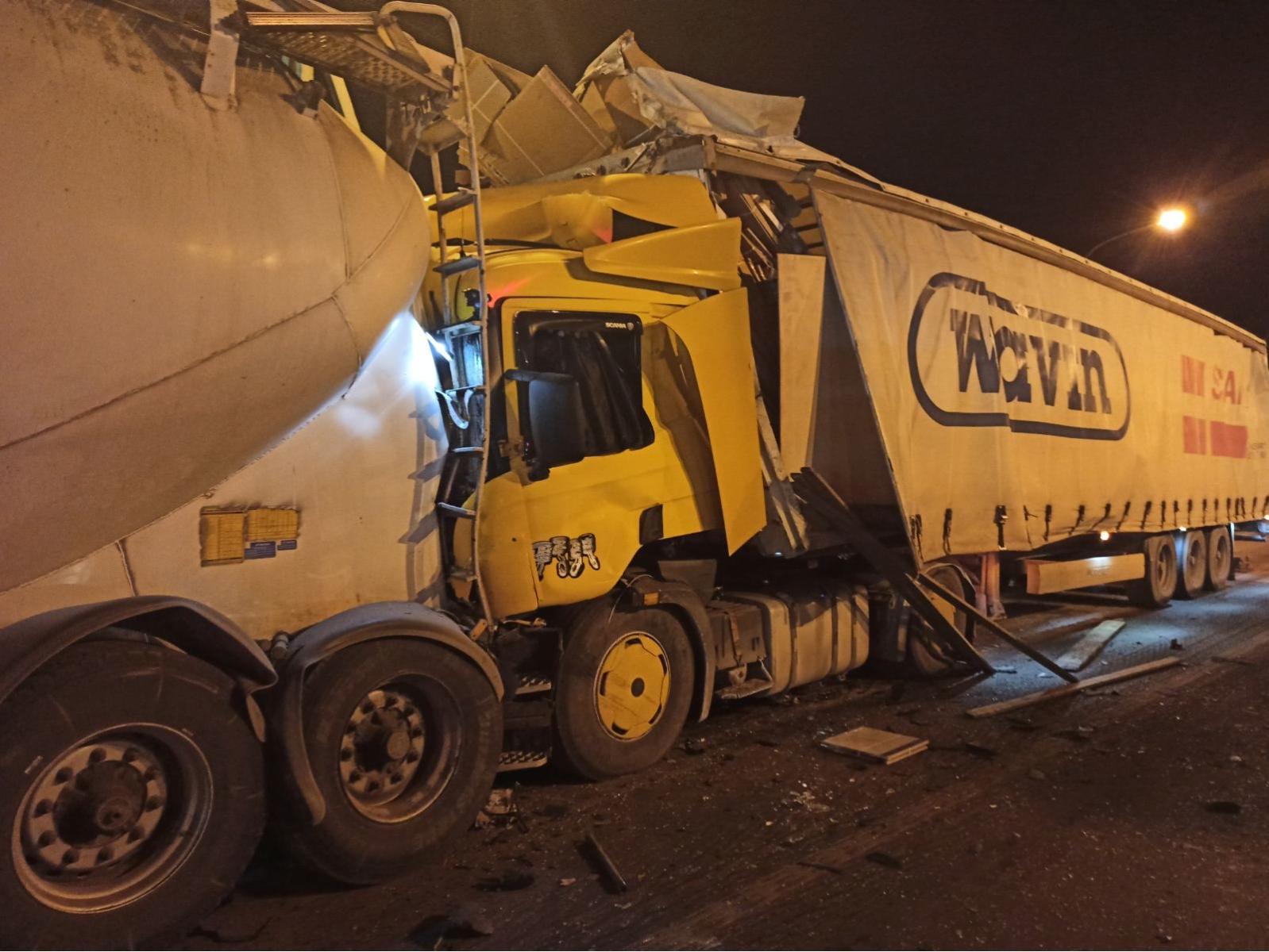 В Самарской области на М-5 столкнулись грузовик и цементовоз. Есть пострадавший