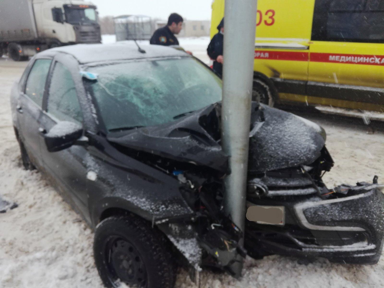 На шоссе в Тольятти «Гранта» врезалась в дорожный знак