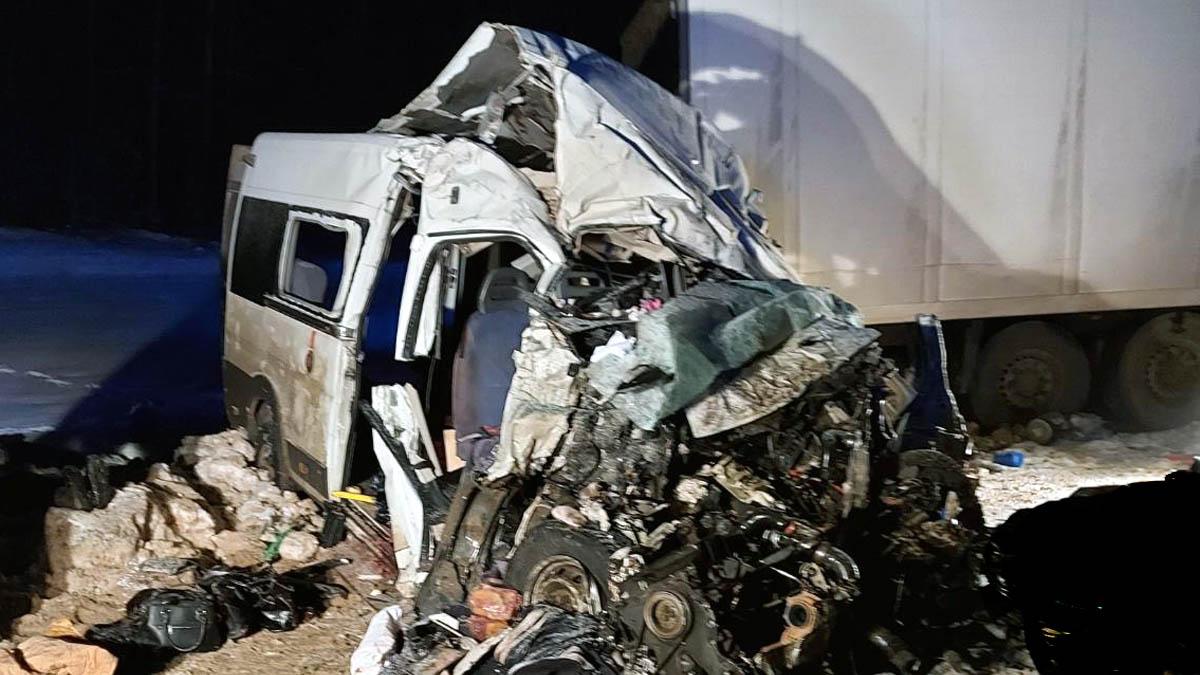 Вытаскивали через задние двери: спасатели о ДТП с маршруткой в Самарской области