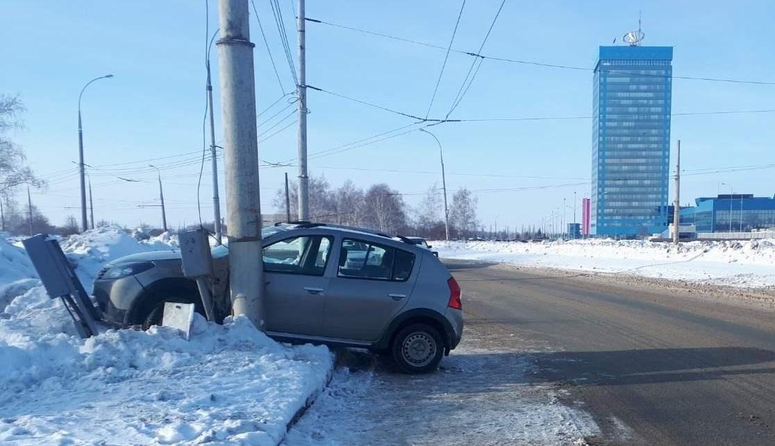 В Тольятти пенсионерка на иномарке врезалась в столб