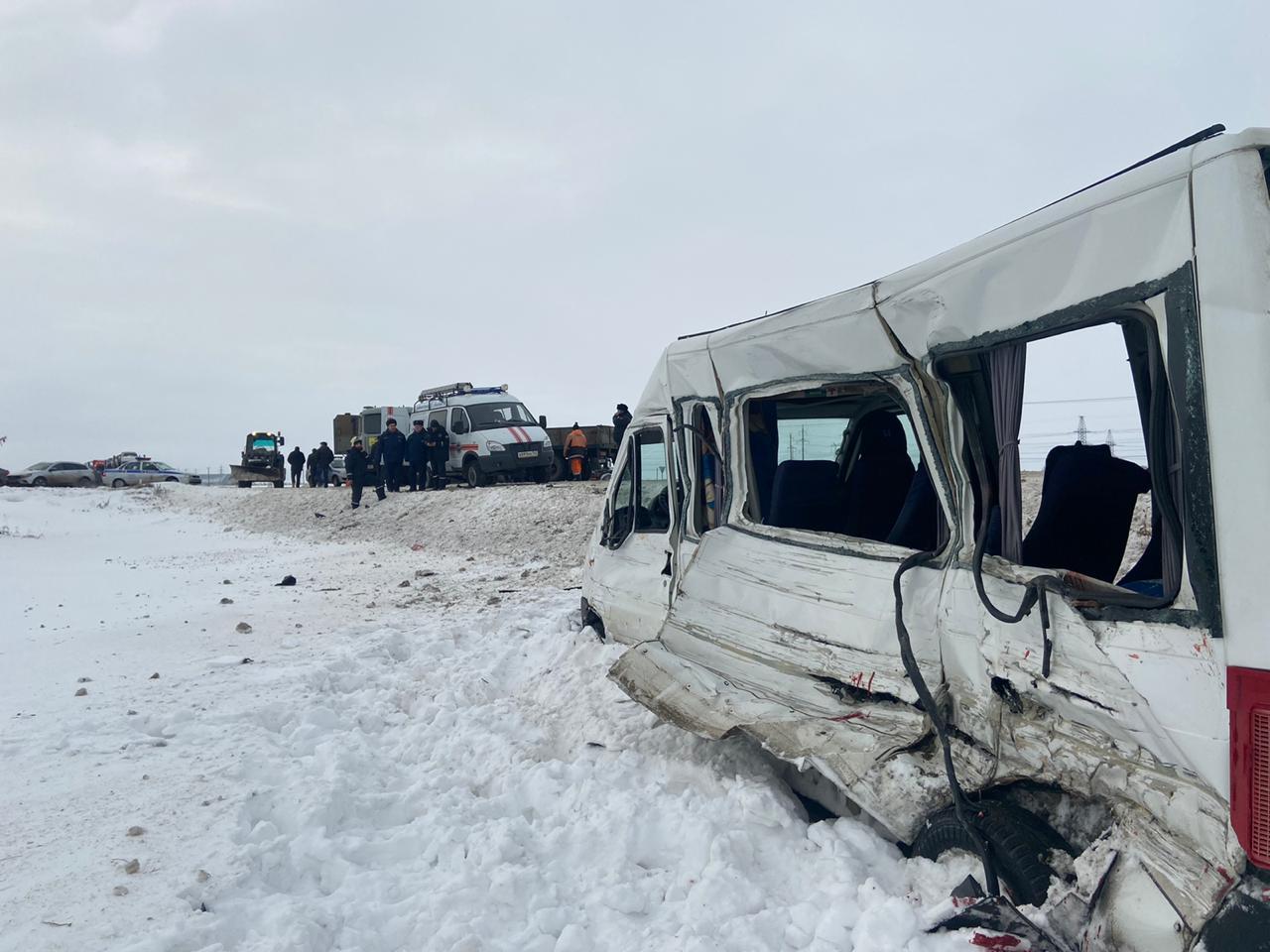 На трассе под Тольятти в аварии грузовика и маршрутки погиб человек