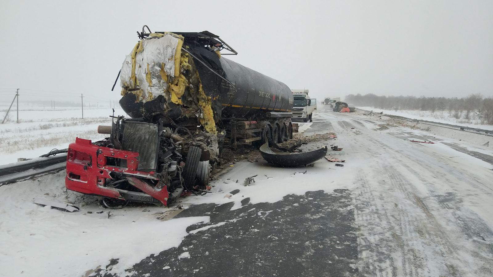 На трассе М-5 в Самарской области в аварии у грузовика снесло кабину