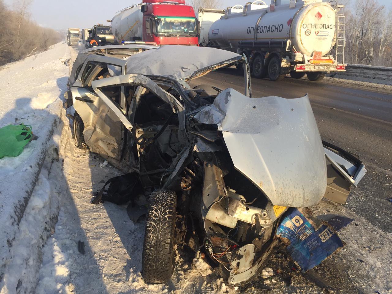 Врезались на «встречке»: подробности аварии «Лады» и фуры в Самарской области