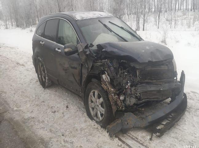 Во время снегопада на трассе в Самарской области столкнулись легковушки и грузовик