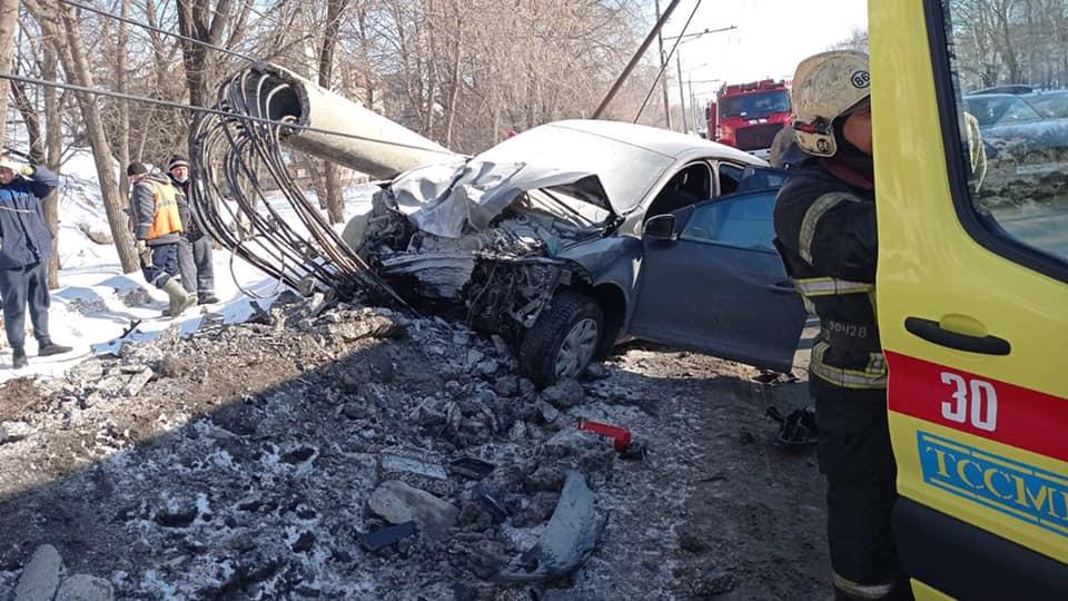 В Тольятти водитель иномарки снес столб. Пострадали люди