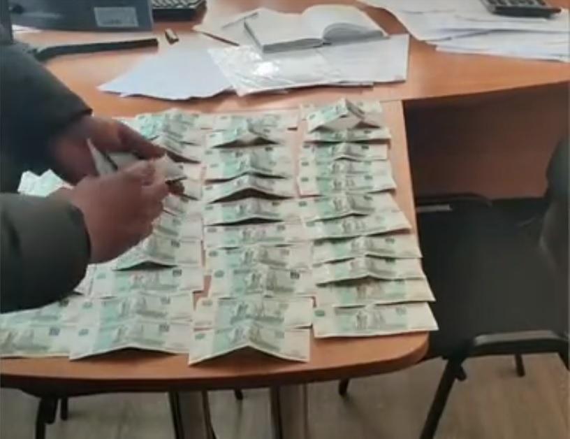 В Самарской области железнодорожник брал и раздавал взятки