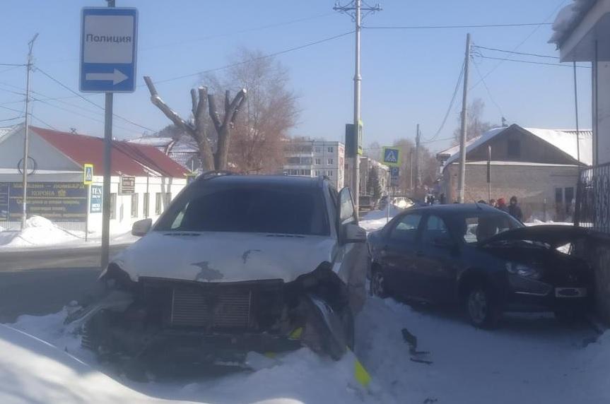 Под Тольятти водитель «Лады» врезался в «Мерседес» и отправился в больницу