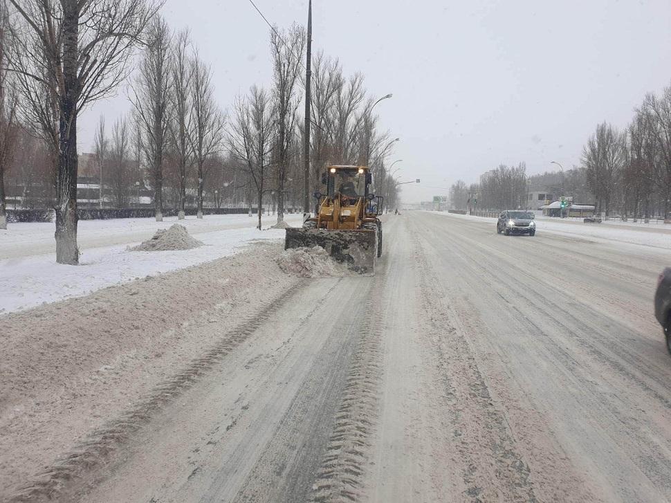 Снег с дорог Тольятти убирают 65 спецмашин