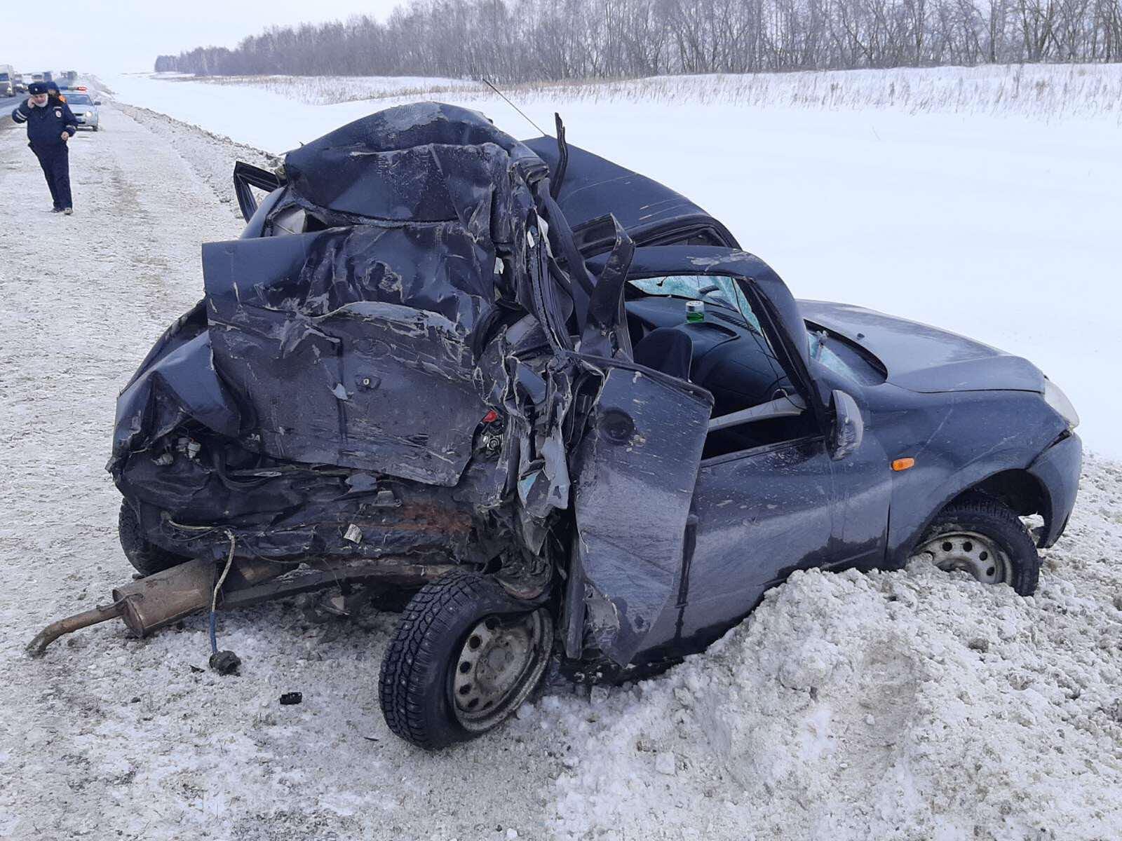 В Самарской области на трассе М-5 грузовик сплющил легковушку. Погиб человек
