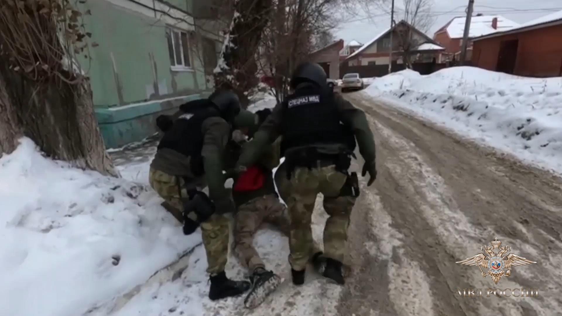 Стоять, полиция! На видео попала спецоперация в нарколаборатории в Тольятти