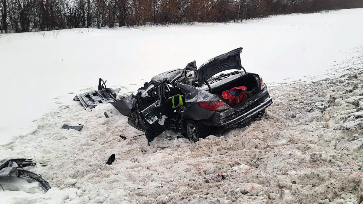 Стали известны подробности смертельной аварии легковушки и грузовика на М-5 в Самарской области