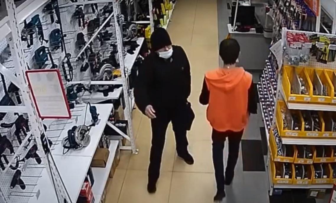 Ведется розыск: опубликовано видео кражи из магазина в Тольятти