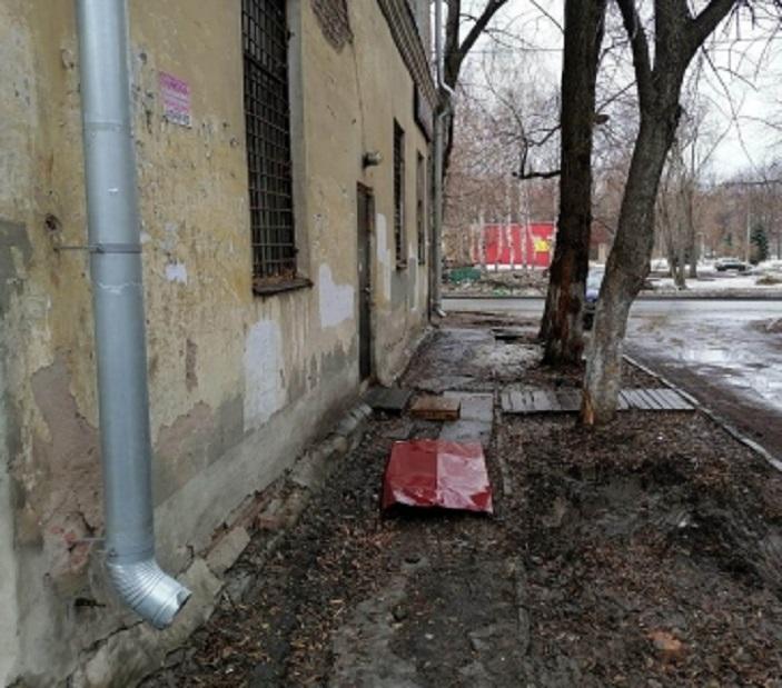 В Самарской области упавший лист железа оторвал прохожему кисть руки